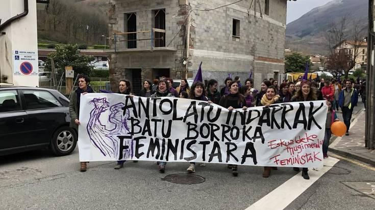 Joaldunen pulunpa soinuek ireki dute martxoaren 8ko Doneztebeko manifestazioa