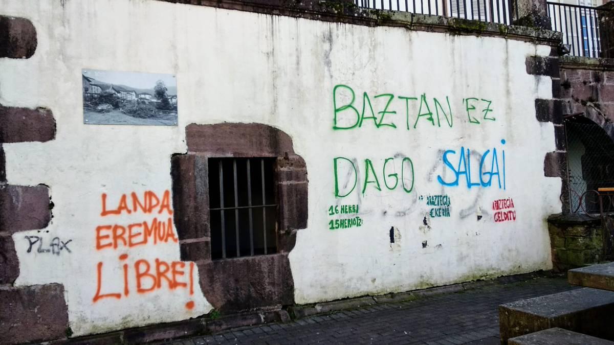 Eraikin publikoetan egindako pintadak ezabatzeko zerrenda bat eginen duela adierazi du Baztango Geroa Baik