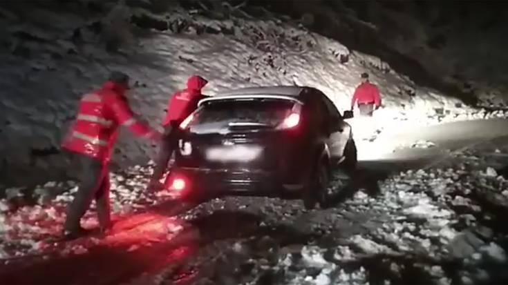 Elurraren ondorioz, trabatua gelditu den auto bat atera behar izan dute Artesiagan