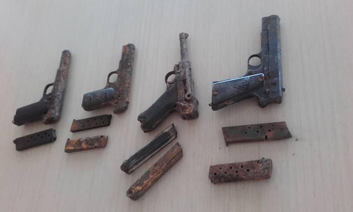 Basozain batzuek Gerra Zibileko lau pistola aurkitu dituzte Bidasoa ibaian