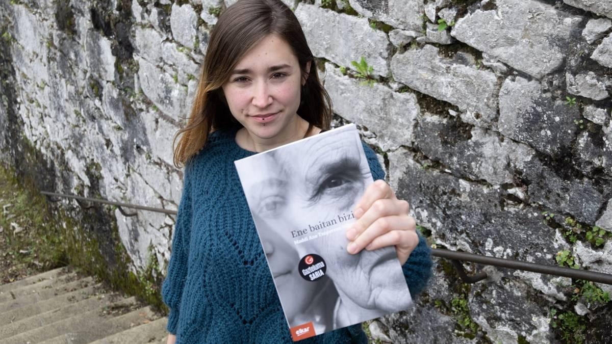 Bere lehen liburua aurkeztu du Maddi Ane Txoperena lesakarrak