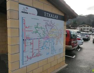 Herri sarrerako aparkalekuko etxolan, Helpbide-ko mapa paratu du Etxalarko Udalak