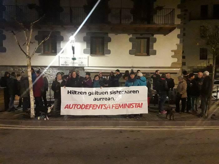 Autodefentsa feministarako deia egin zuten Lopenean bildutako 40 lagun inguruk