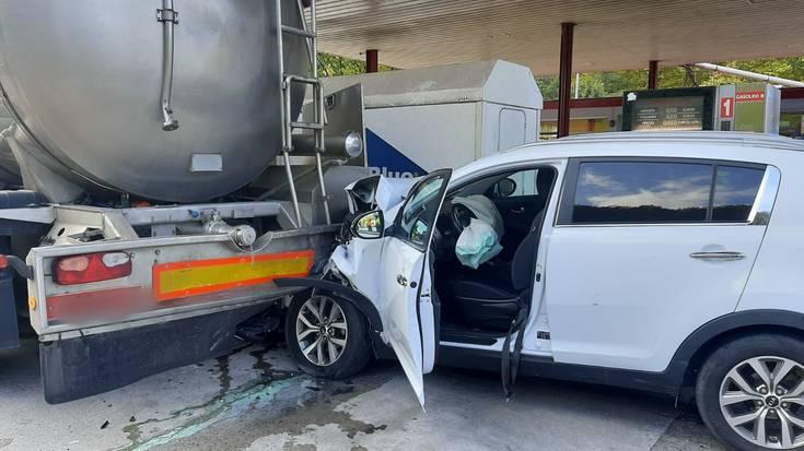 Auto batek kamioi baten kontra jo du Doneztebeko Kontxa gasolindegian