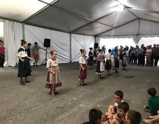 Pilota, aizkora, bertsoak eta dantza izan dituzte Aranon Santio egunean