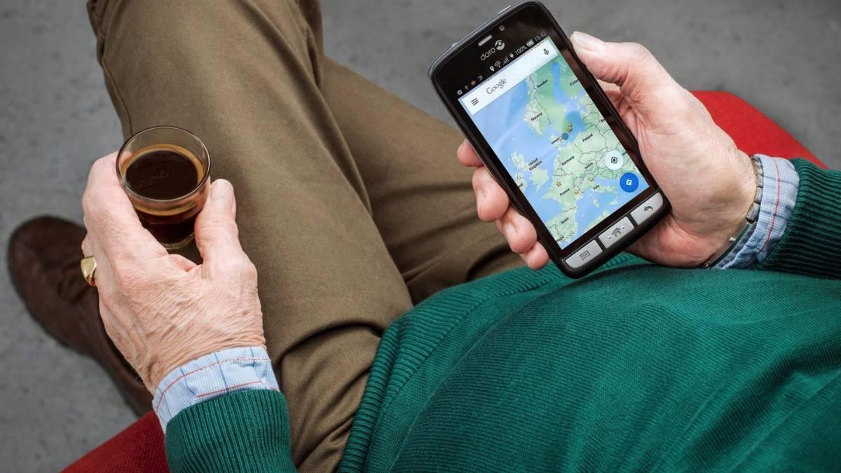 Helduek 'Smartphone'-ak erabiltzen ikasteko tailerra prestatzen ari dira Etxalarren
