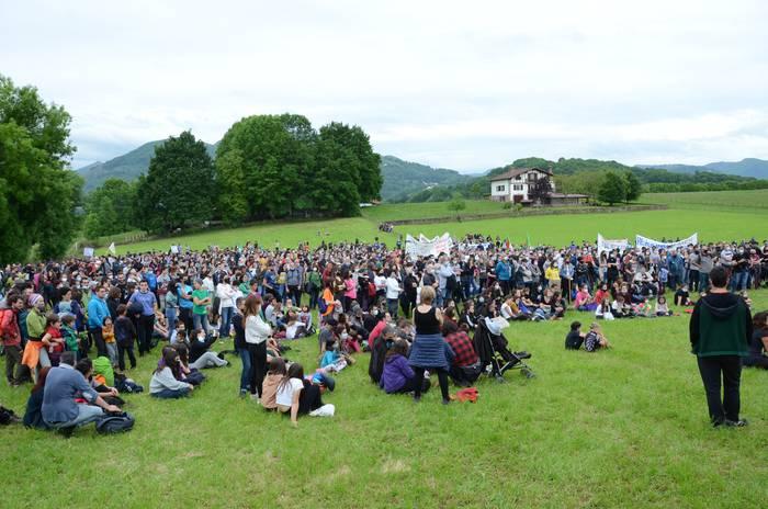 ARGAZKIAK: Jendetza bildu da Aroztegiko makroproiektua gelditzea eskatzeko manifestazioan