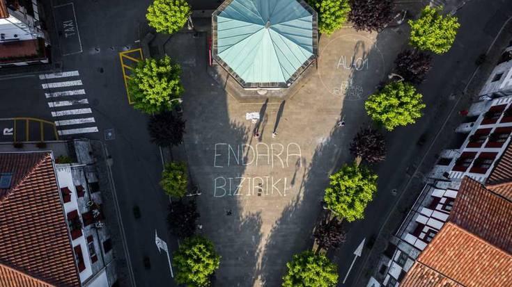 Auzoberriko proiektuaren neurrigabetasuna margotu du Endara Bizirik plataformak Lesakako plaza inguruan