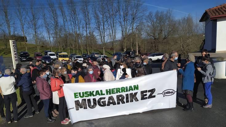 70 lagun bildu dira Sara eta Zugarramurdi artean Ipar eta Hego Euskal Herriaren arteko zortzi pasabide hetsi dituztela salatzeko