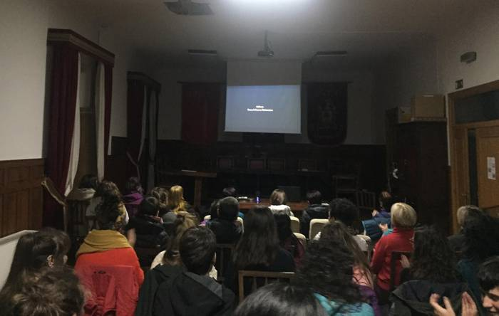 'Neskatoak' dokumentala ikusiz eta burrunbada jendetsuarekin hasi dute greba eguna Leitzan