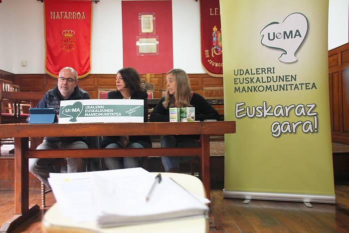 Turistek eskertu egiten dute euskara entzutea, UEMAk egindako azterketaren arabera