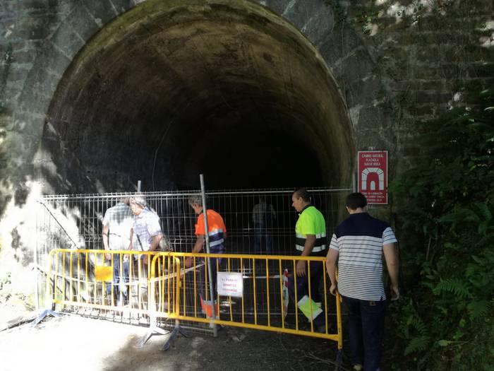 Plazaola trenbideko tunelean bildu dira Leitzako udal ordezkariak, Plazaolako gerentea eta Nafarroako Gobernuko teknikaria