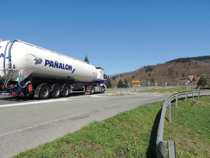 N121A errepidean nazioarteko kamioiak mugatzeko eskaera egin du Baztango Udalak
