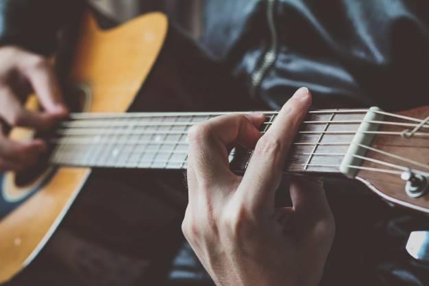 Baztango Musika Eskolan gertatzen ahal diren beharrak asetzeko gitarra irakaslea behar dute