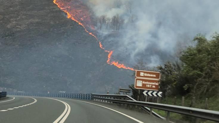Beran Antzuzelai aldeko sutea, N-121-A errepide ondoraino iritsi da eta trafikoa eten dute bi noranzkoetan