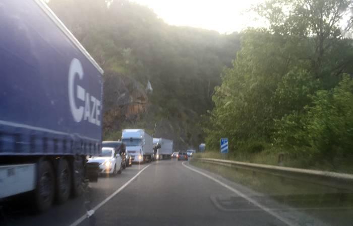 Auto- eta kamioi-ilarak Beran N-121-A errepidean egiten ari diren lanak tarteko
