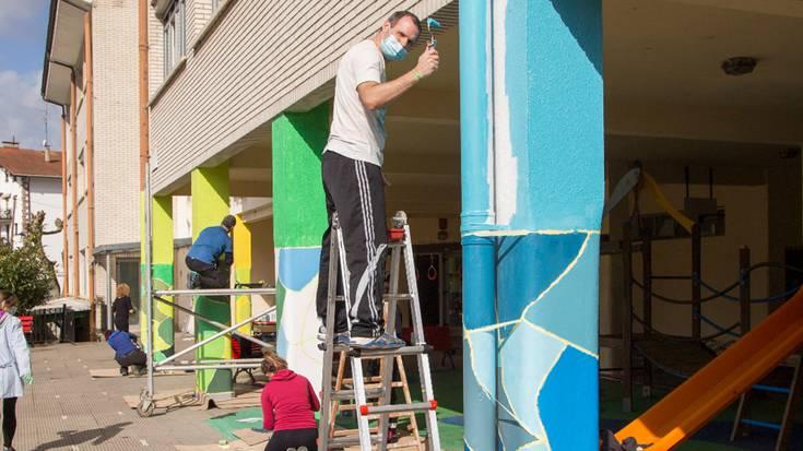 Berako Ricardo Baroja eskola koloreztatu dute auzolanean