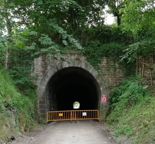 Plazaolako trenbideko Landaborda baserri ondoko tunela itxi dute