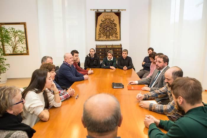 Nafarroako parlamentuko presidentea N121A errepideko alkateekin eta Olagueko istripuan hildakoen senideekin elkartu da